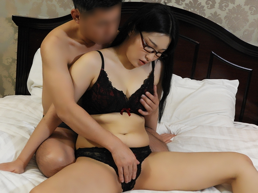 韓国で見つけた読書に夢中な堅物系の彼女は、エッチなこと好きでしょ?の直球質問にドギマギ!見かけによらずヤラしいパンティと舌出しべろちゅーで男をその気にさせる!3