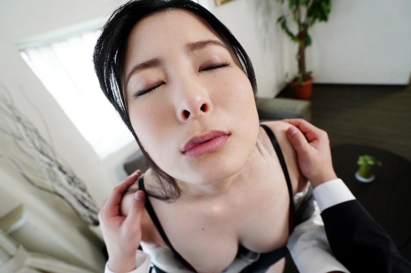 【VR】横領疑惑の経理課OLと声ガマン性交…でも社長室で生はマズくない? 豊中アリスのサンプル画像1