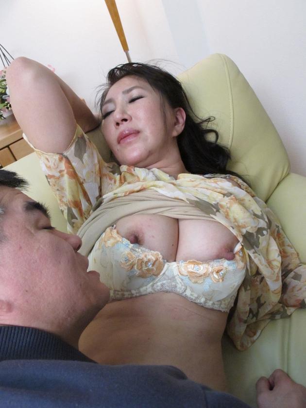 働く人妻・熟女ナンパ!~色気ムンムン美熟女が浮気セックスに興奮して乱れまくる! 4時間10人25